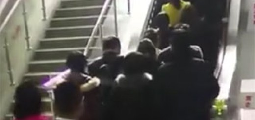 People-thrown-to-the-ground-by-a-reversing-escalator
