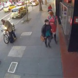 Sparks-fly-as-bike-thief-grinds-through-lock-at-mid-day-in-San-Francisco