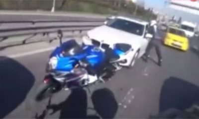 Road rage voiture bloque motard contre glissiere securite
