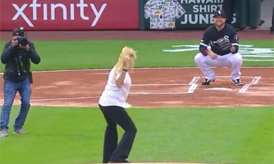 blonde doit lancer balle baseball avant match officiel