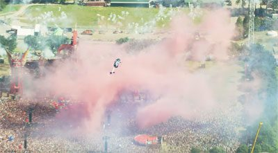 helicoptere Red Bull fait acrobaties festival Defqon1