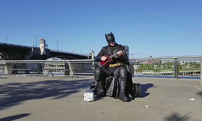 Batman chante son generique devant Spiderman